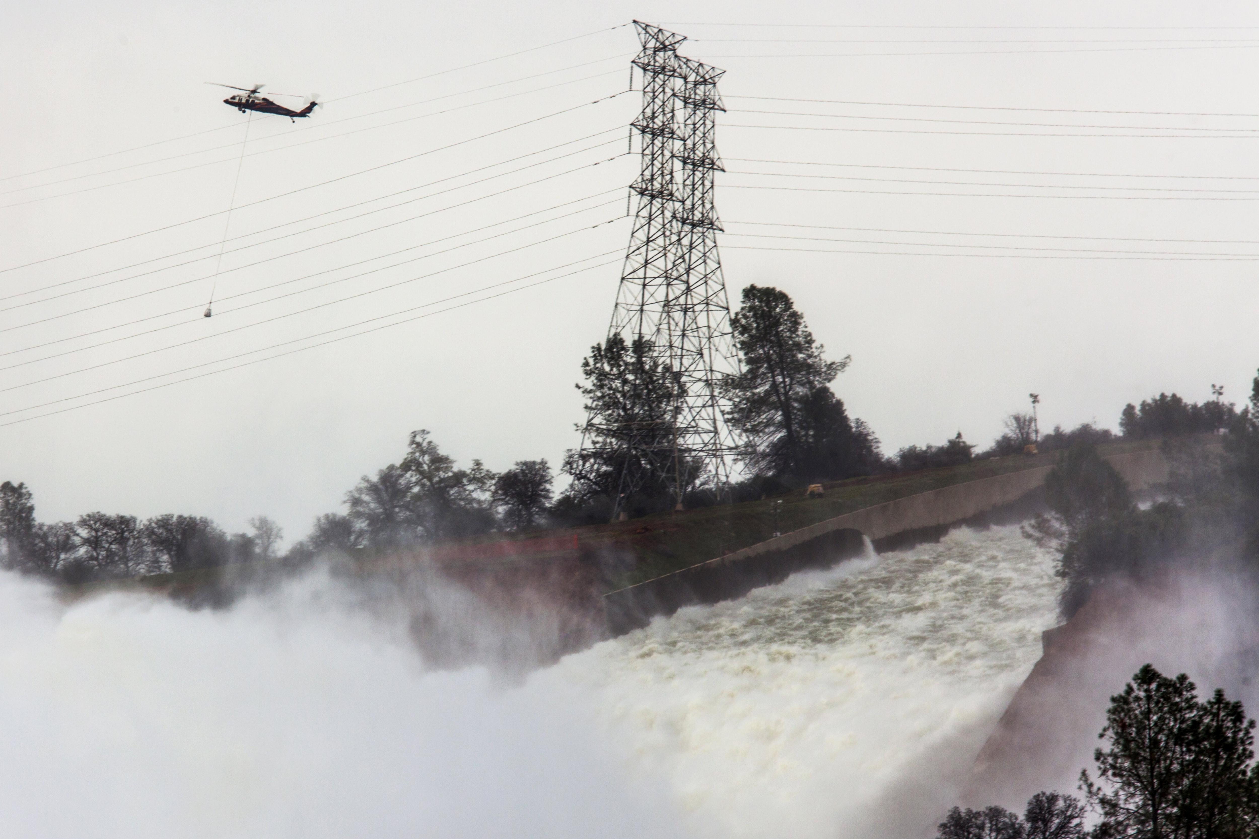 Agua siendo expulsada al ritmo de cientos de miles pies cúbicos desde le presa Oroville. (Foto: Departamento de Recursos Hídricos de California)