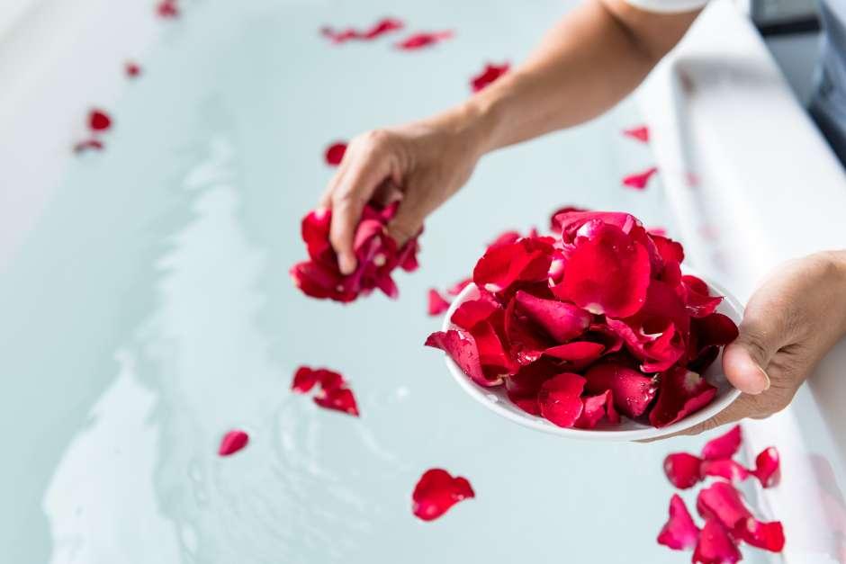 No hay como los pétalos de rosas rojas para crear un ambiente romántico ya sea en tu tina o el lecho de tu cama.