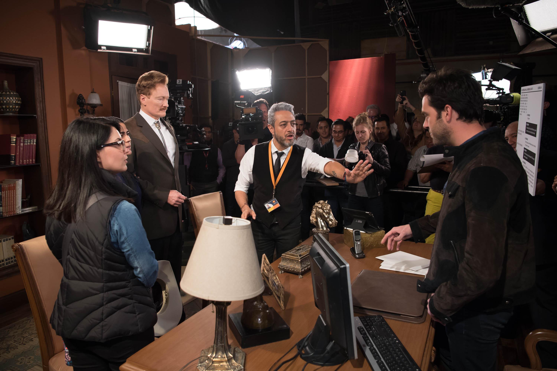 Conan O'Brien recibe instrucciones de la escena que está a punto de grabar