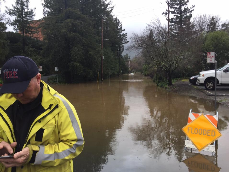 Equipos de rescate ayudan a residentes de Ross Valley (Foto: Marin County Fire Department/Twitter)