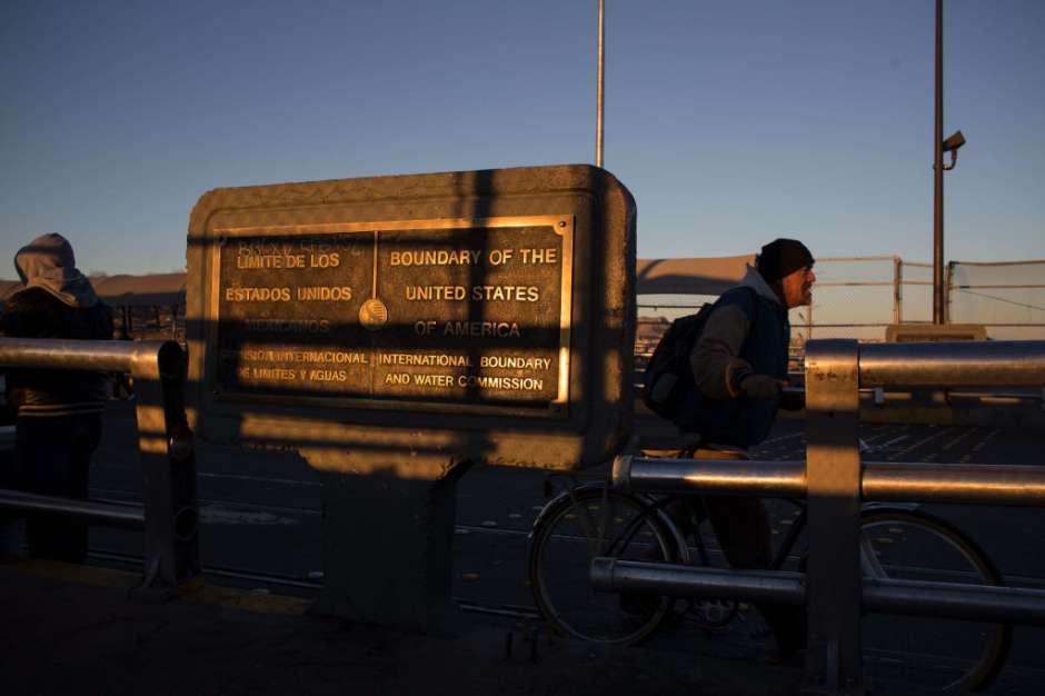 La gente camina hacia EEUU en el puente internacional El Paso del Norte en Ciudad Juárez.