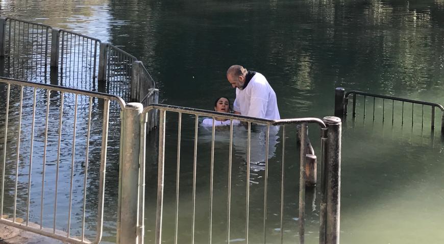 Cathy Siachoque y Miguel Varoni se bautizan en el Río Jordán