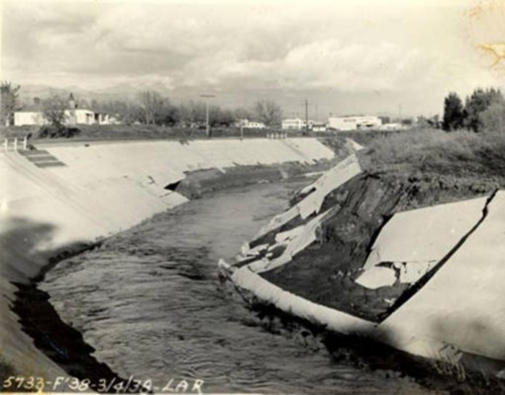 The flood waters managed to rip away concrete siding from this portion of the river. (Foto: US Army Corps of Engineers)