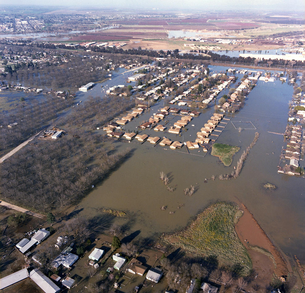This aerial view taken Feb. 27, 1986, looks northeast over the flooded neighborhood of West Linda in Linda, California and toward Highway 70 near Feather River Blvd. (Foto: Norm Hughes/California Department of Water Resources)