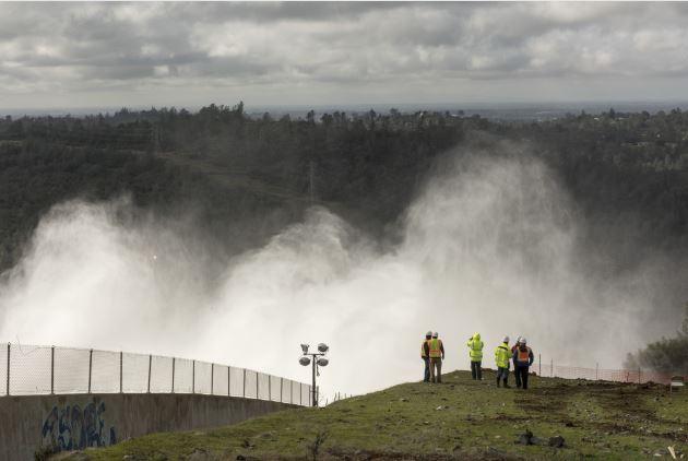 Trabajadores del estado frente a la presa desbordada en el norte de California. (Foto: Departamento de Recursos Hídricos de California)