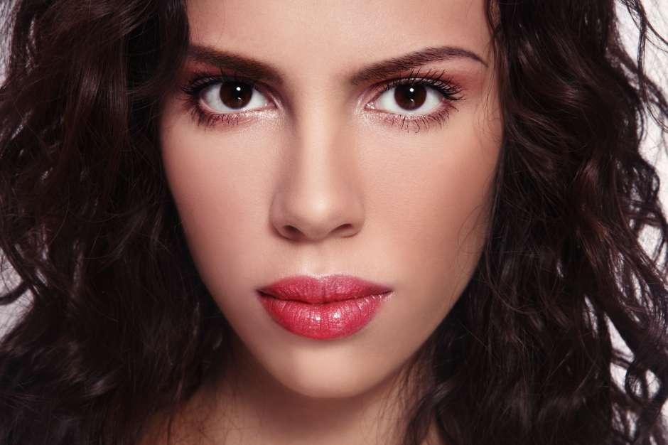 Los pómulos, mentones y boca se resaltan más en el 'look de la piel radiante'.