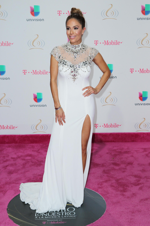 Karla Martinez mostrando pierna en la premiación de Univision