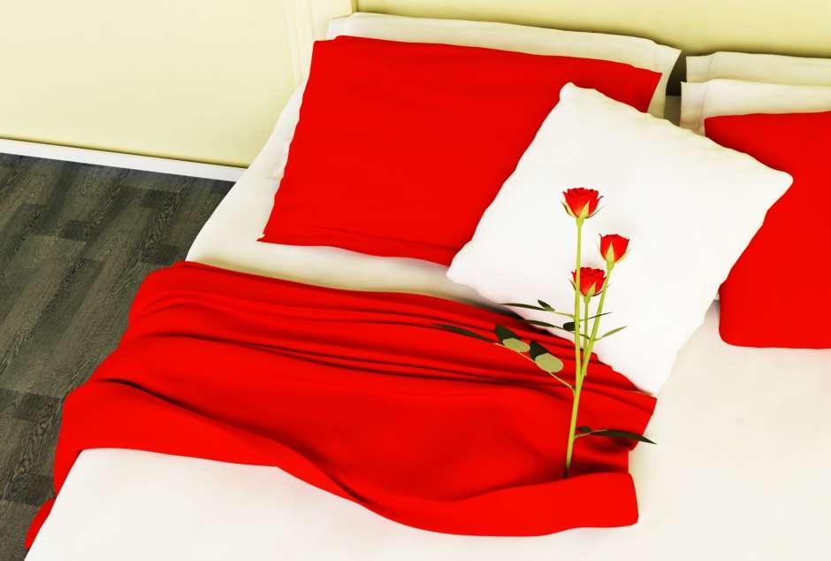 Las sábanas y fondas en tono rojo llaman la pasión.