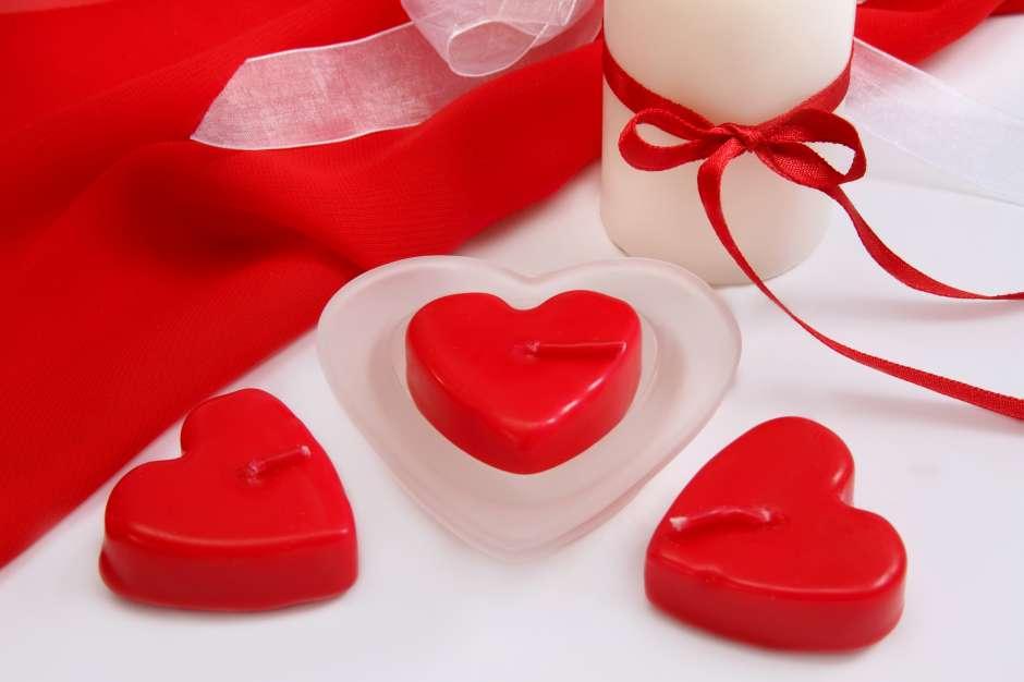 Las velas rojas, especialmente en forma de corazón e impregnadas de aromas, tienen que estar presentes en tu alcoba romántica.