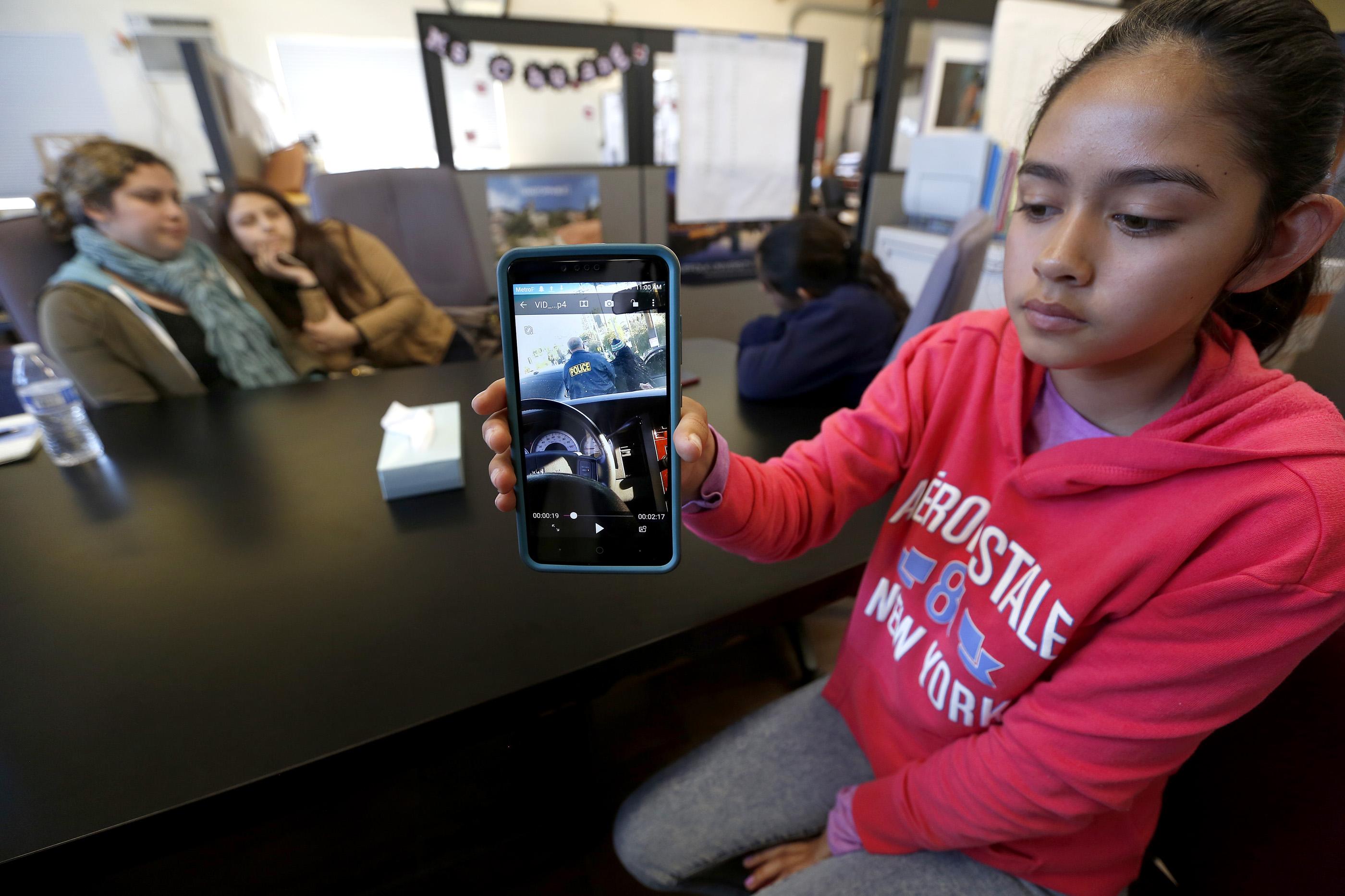 Fatima Avelia muestra un video del momento en que ICE detiene a su padre. (Aurelia Ventura/La Opinion)