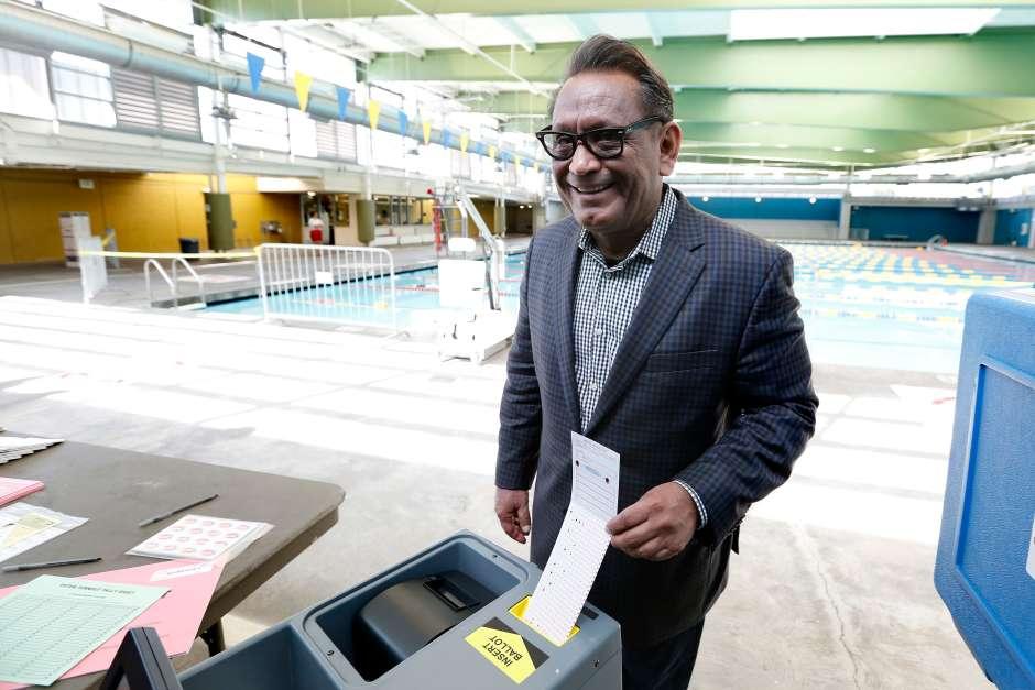 El concejal Gil Cedillo emite su voto en la elección del 7 de marzo. (Aurelia Ventura/La Opinion)