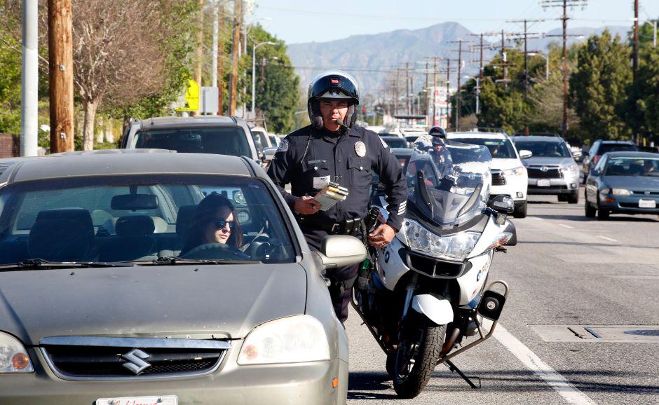 Las autoridades dicen que los cambios son la única manera de resolver un problema de años que ha impedido a los agentes de policía multar a los conductores por exceso de velocidad. (Aurelia Ventura/La Opinion)