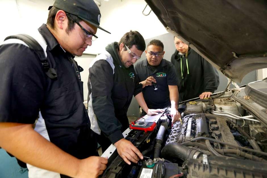 Kevin Vásquez y Carlos Ciriano junto al instructor Manuel Ríos en Los Angeles Trade Technical College. (Foto: Aurelia Ventura/La Opinión)