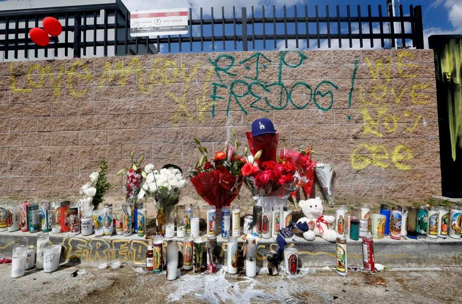 Un altar luego de la muerte de Fred Barragan a manos de las autoridades a principios de 2017. (Aurelia Ventura/La Opinion)