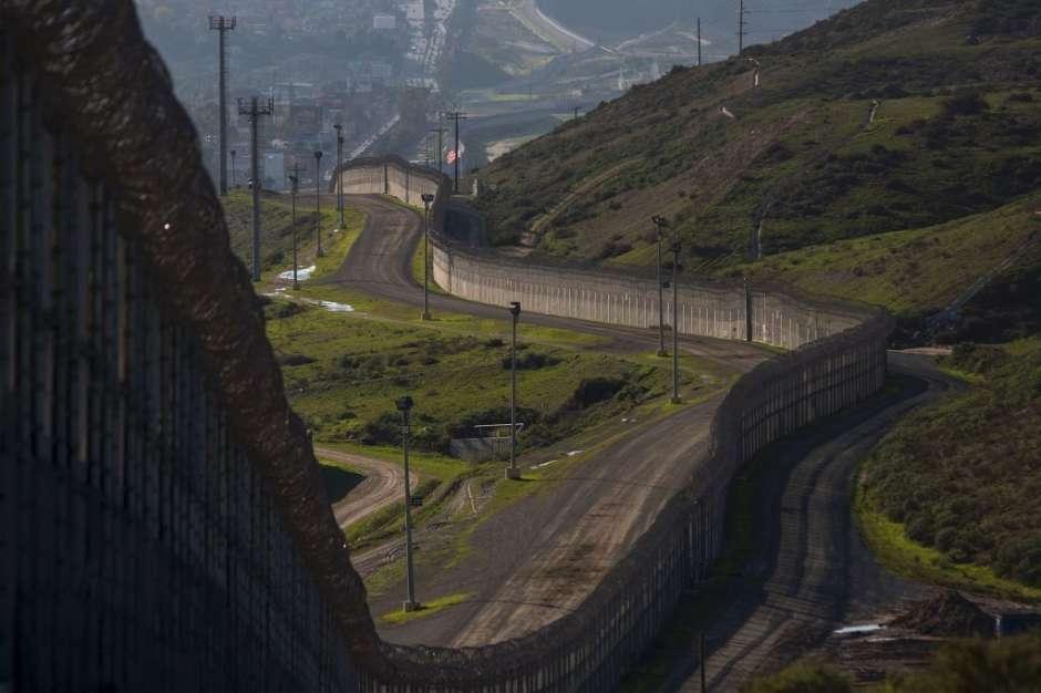 El muro que divide México de Estados Unidos se observa en una sección de San Ysidro, California (Getty Images)