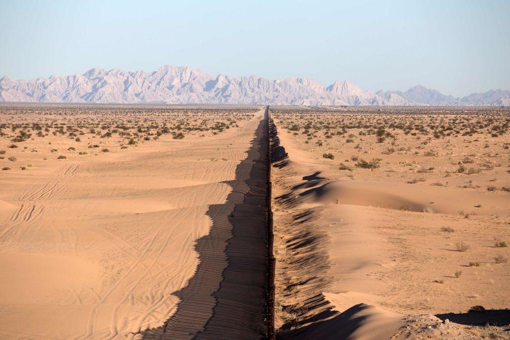 Una sección de la cerca fronteriza México-Estados Unidos en San Luis Río Colorado, estado de Sonora, noroeste de México. Foto: AFP / Guillermo Arias