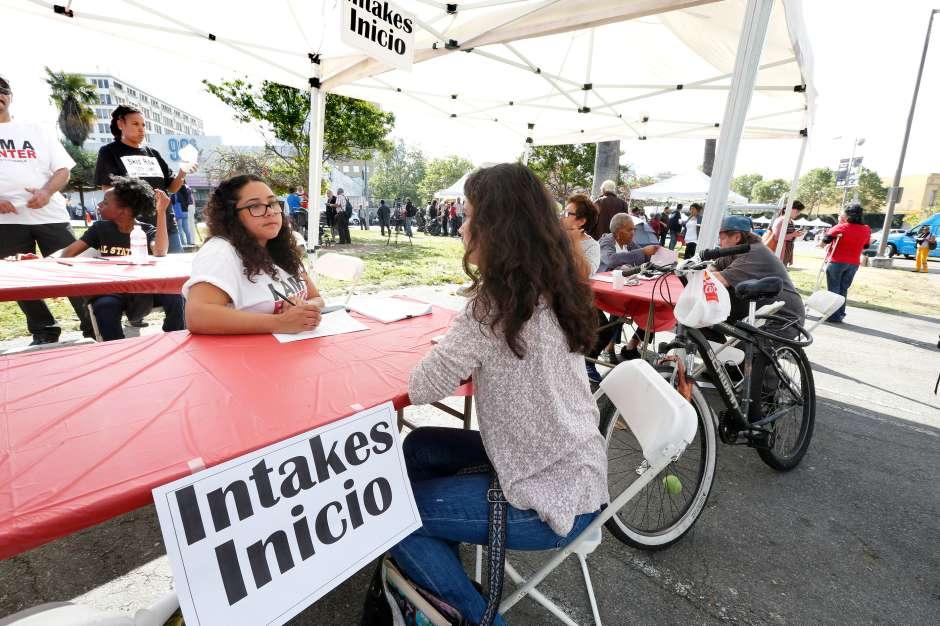 Daniela Ortiz (der.) fue una de las inquilinas que se presentaron en el parquet MacArthur para exponer su problema de alquiler. (Aurelia Ventura/La Opinion)