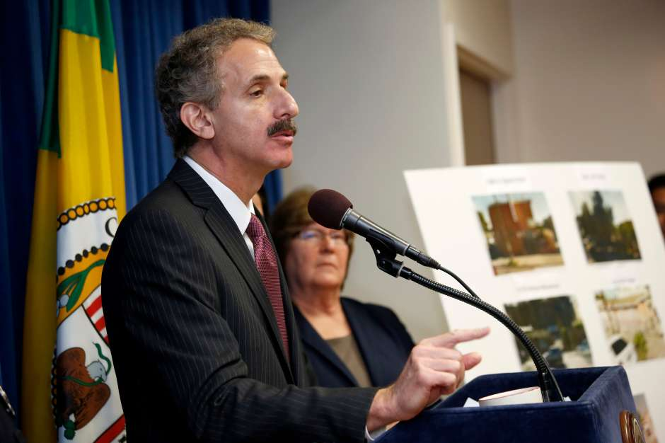 El procurador municipal Mike Feuer anunció la demanda contra el DOJ este martes. (Aurelia Ventura/La Opinion)