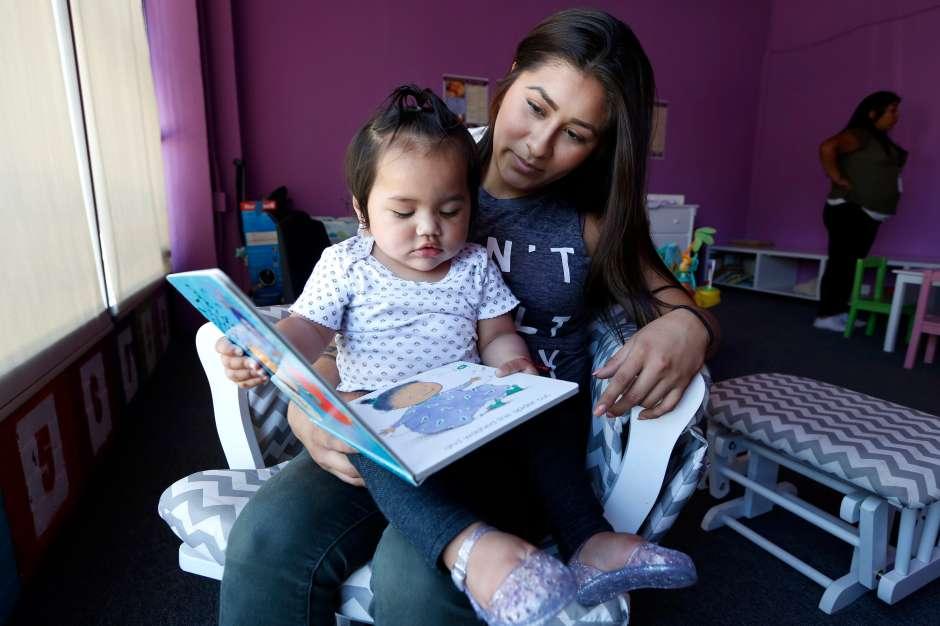 Samantha Espino con su hija Desiree, de 1 años. (Aurelia Ventura/La Opinion)