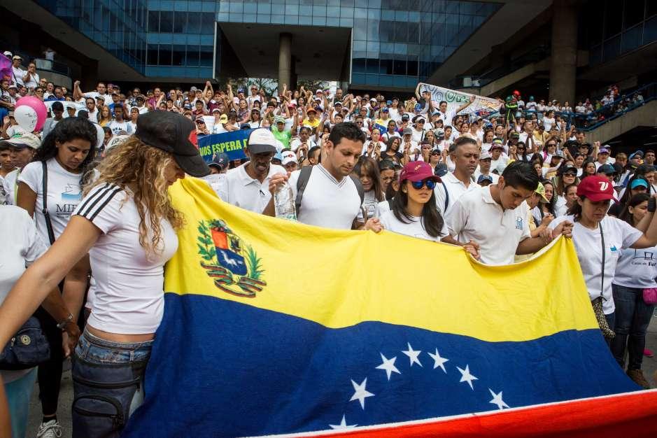 """La oposición venezolana convoca de nuevo a manifestarse en varias ciudades del país en demanda de la """"restitución del hilo constitucional"""" y de la celebración de elecciones."""