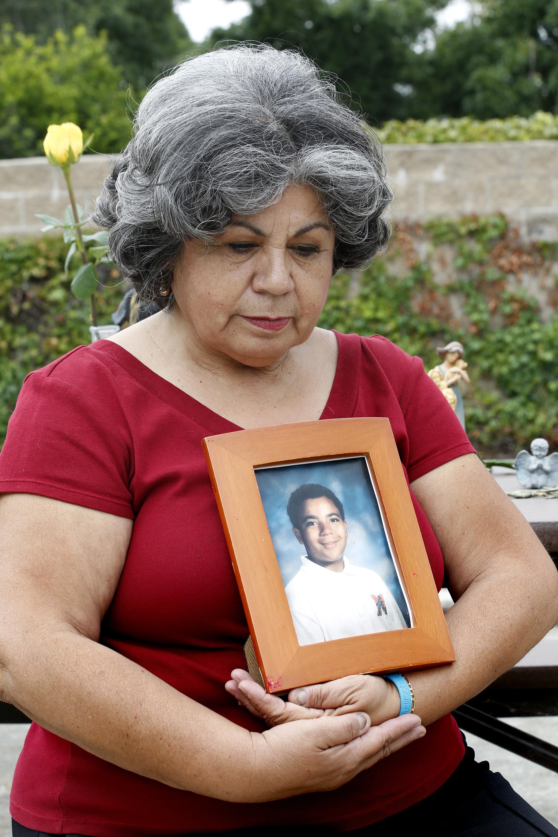 Han pasado 20 años desde que su hijo Nathan, de entonces 13 años, se suicidó. Hoy, Ester Ybarra habla de las cosas que no se percató sobre la terrible decision que tomó su hijo. (Aurelia Ventura/ La Opinion)