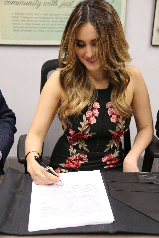 Dulce Maria firma contrato con Imagen TV