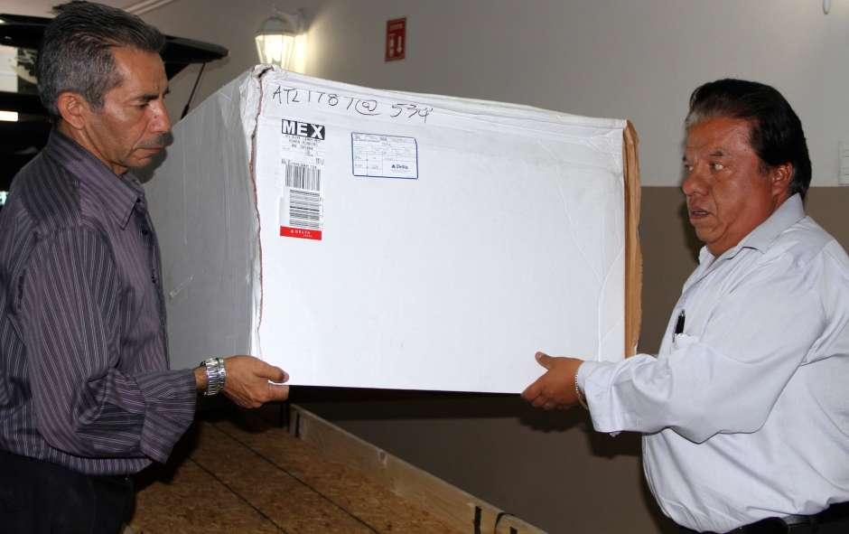 Trabajadores de Funerarias García reciben un cuerpo repatriado de EEUU.