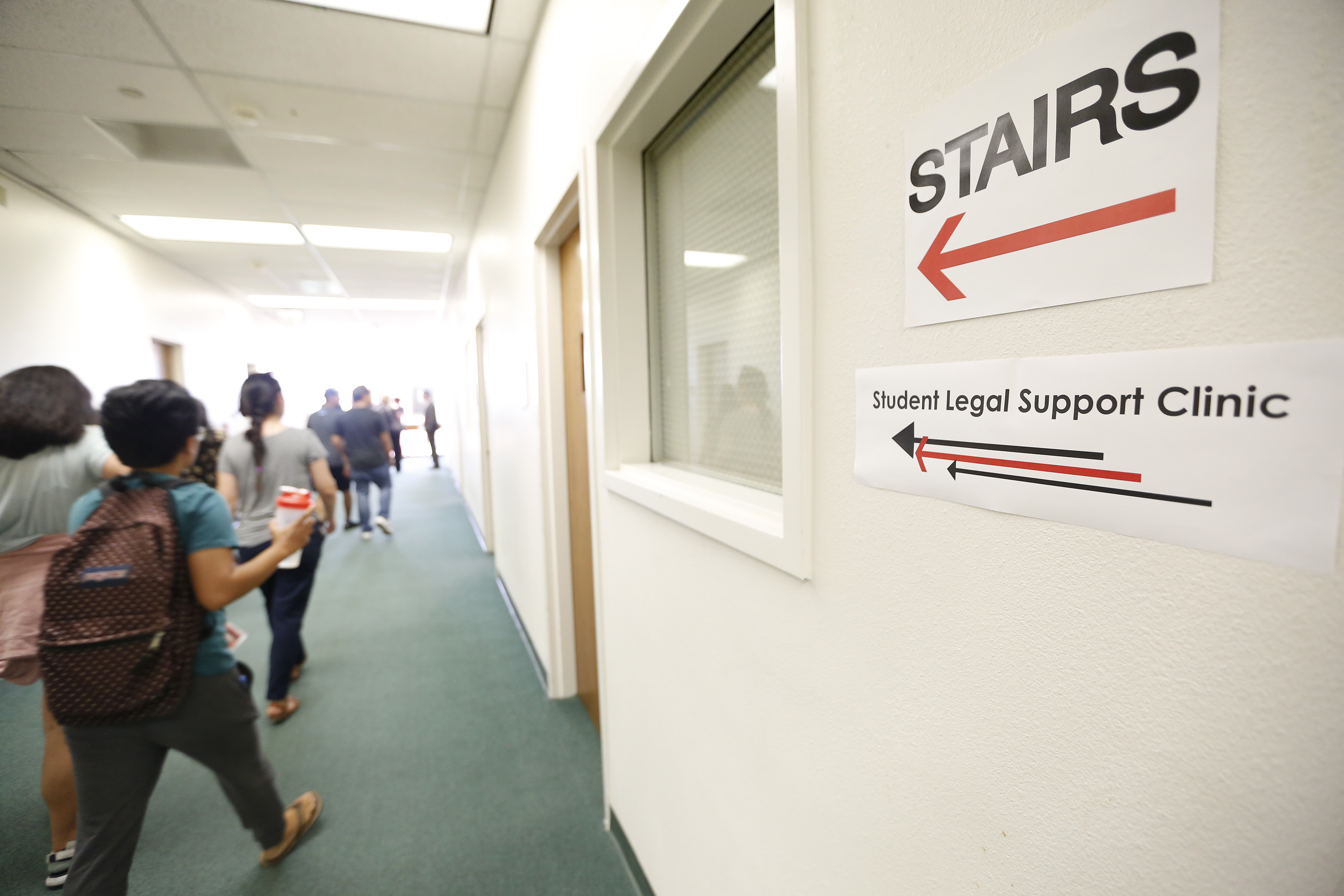 La clínica legal se ubica dentro de la biblioteca Oviatt en CSUN. (Aurelia Ventura/La Opinion)