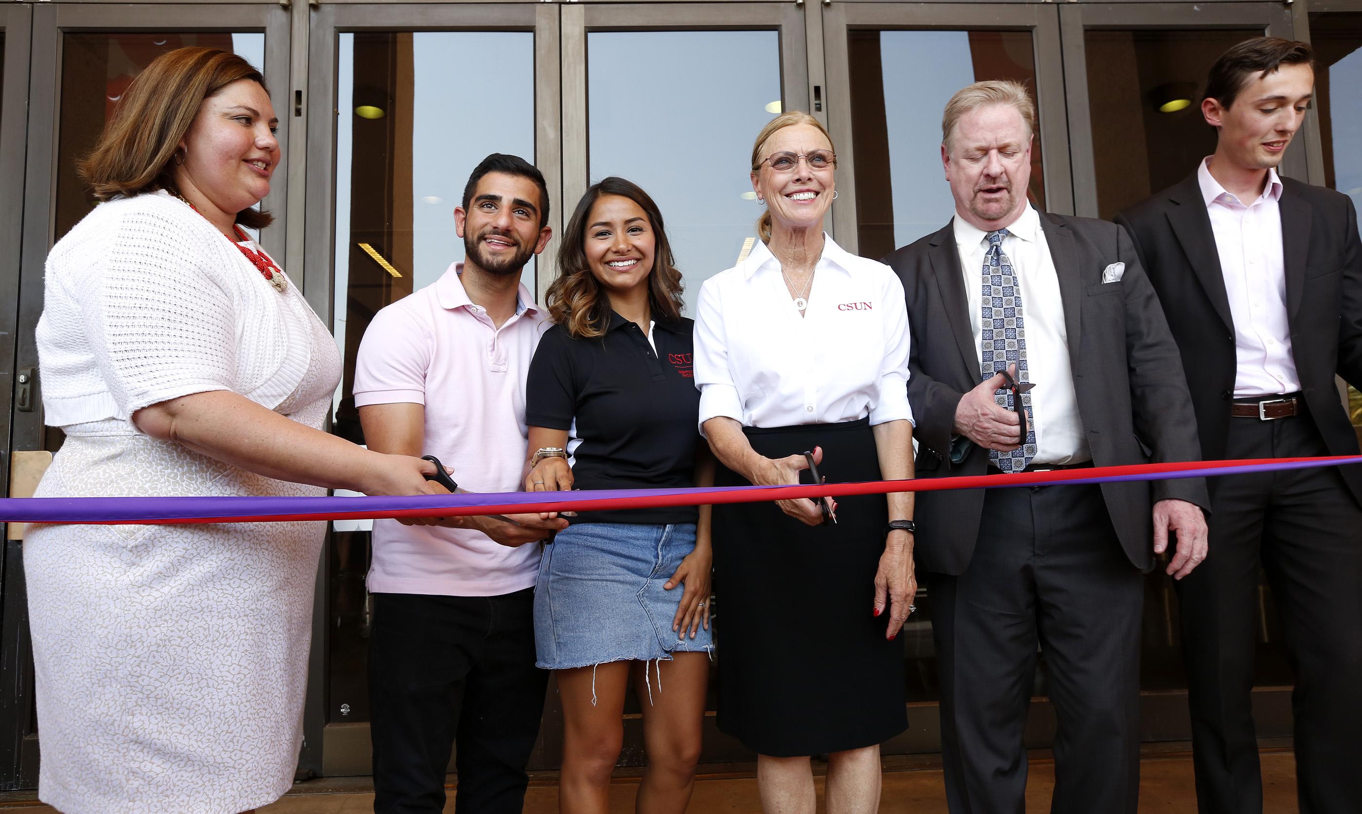 Autoridades y estudiantes inauguraron ayer la clínica legal. (Aurelia Ventura/La Opinion)