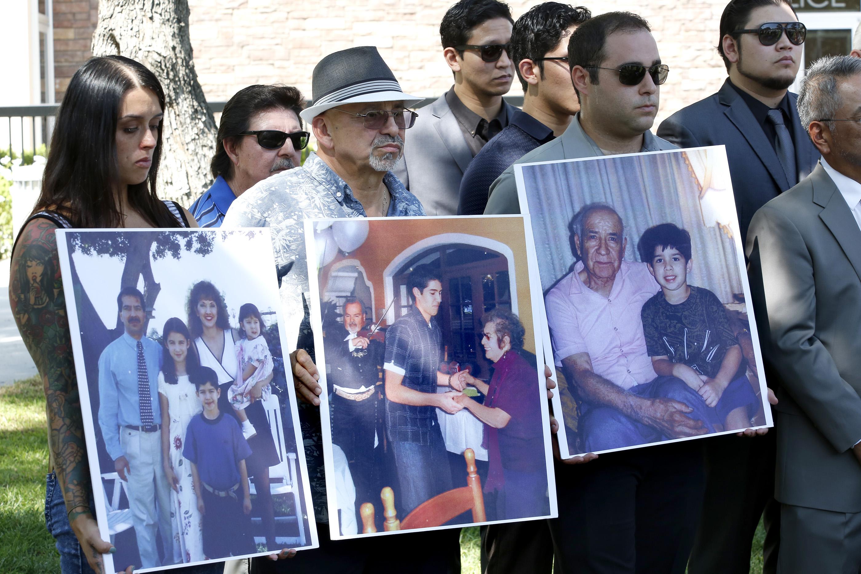 Familiares de Jonathan Salcido durante el anuncio de la queja legal contra la Policía de Whittier. (Aurelia Ventura/La Opinion)