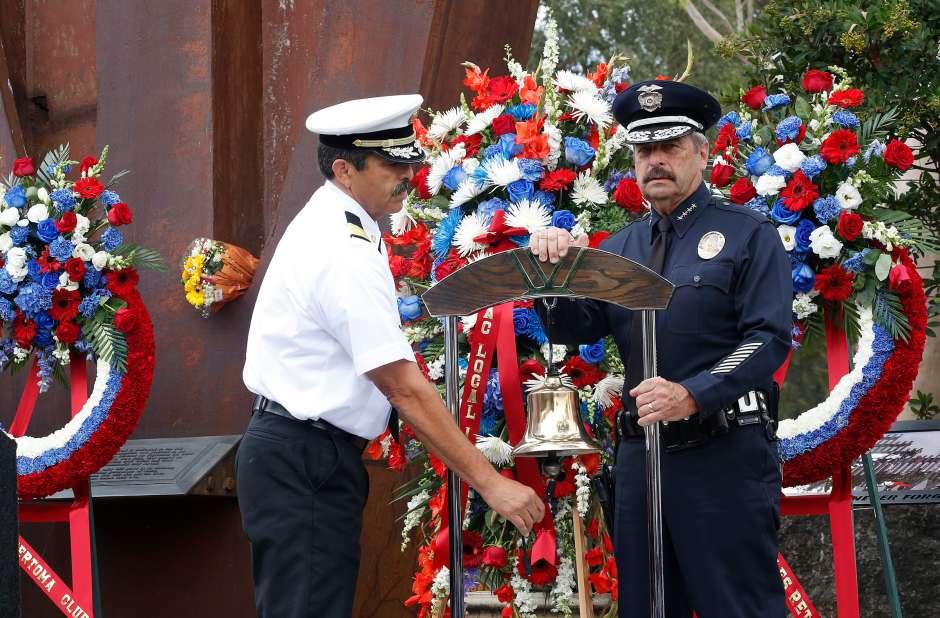 Ralph Terrazas y Charlie Beck, jefes del LAFD y LAPD, respectivamente, durante el evento solemne. (Aurelia Ventura/ La Opinion)