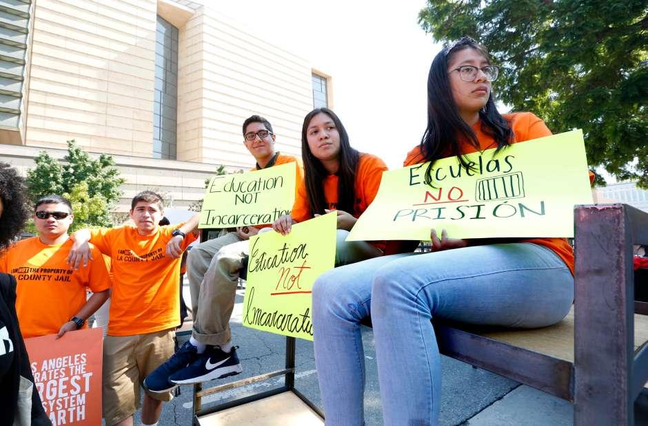 Manifestantes durante la protesta en el centro de Los Ángeles. (Aurelia Ventura/ La Opinion)