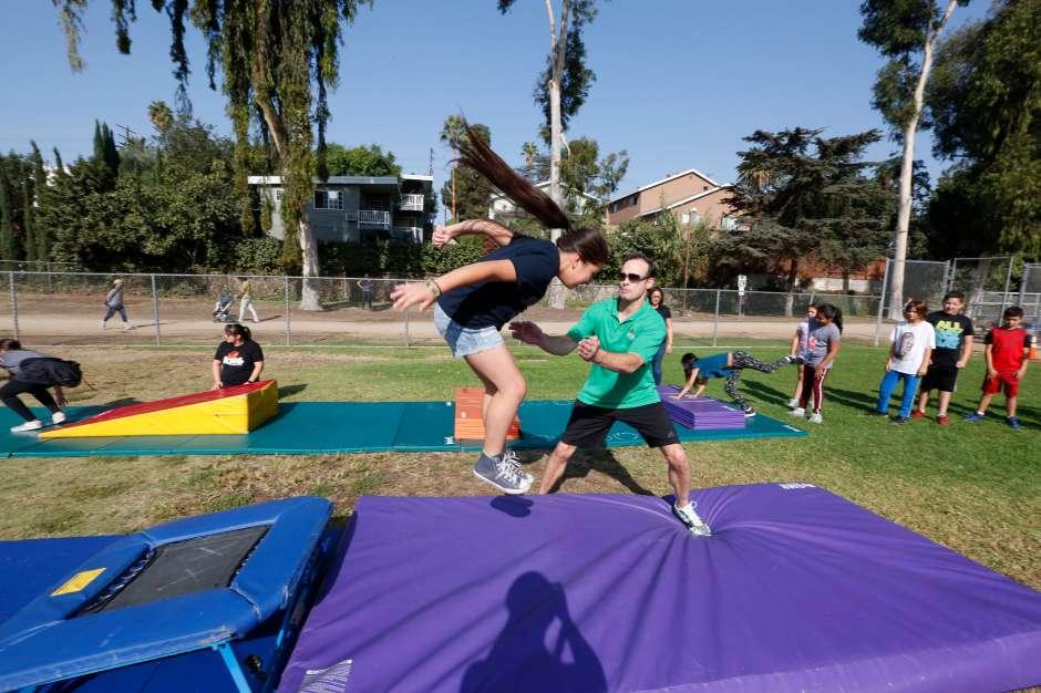 Una niña salta durante el evento. (Aurelia Ventura/ La Opinion)