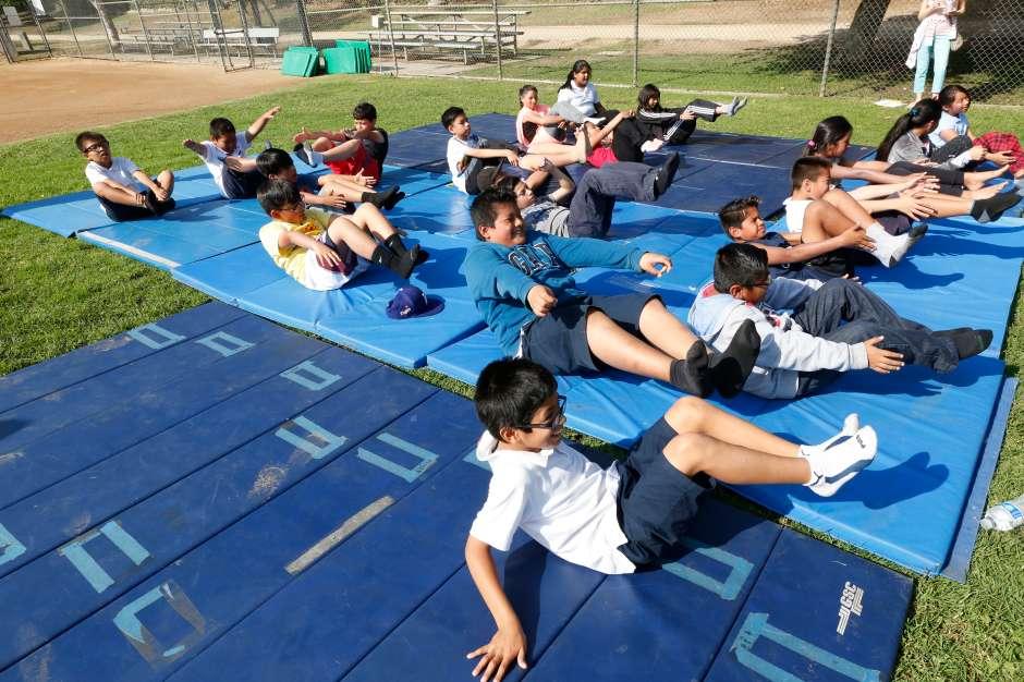 Las poses de yoga también fueron parte del evento. (Aurelia Ventura/ La Opinion)