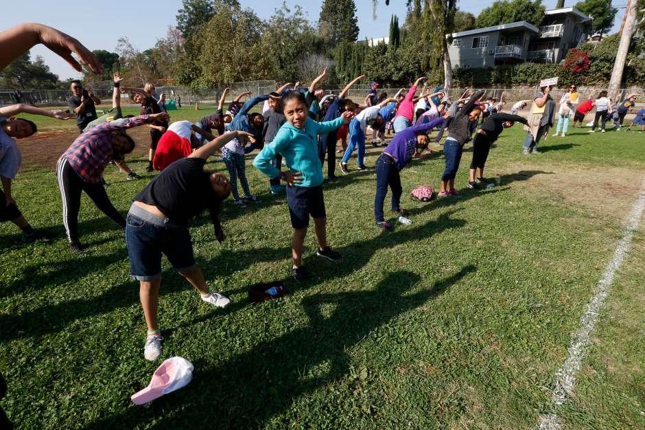Los chicos corrieron, saltaron e hicieron yoga durante el evento. (Aurelia Ventura/ La Opinion)