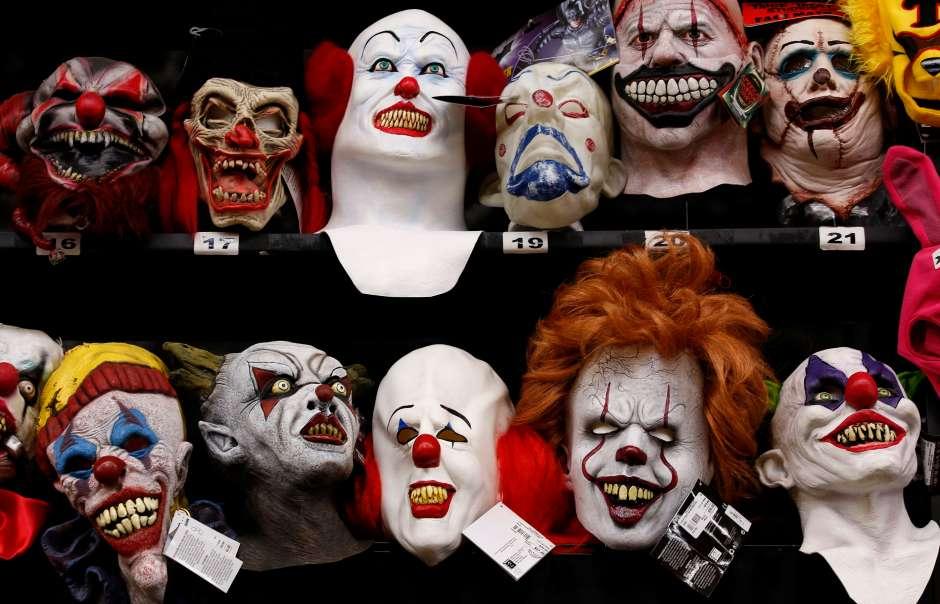 Máscaras de venta para el Día de las Brujas. (Aurelia Ventura/ La Opinion)