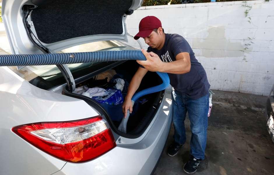 El joven trabaja actualmente en un lavado de carros. (Aurelia Ventura/La Opinion)