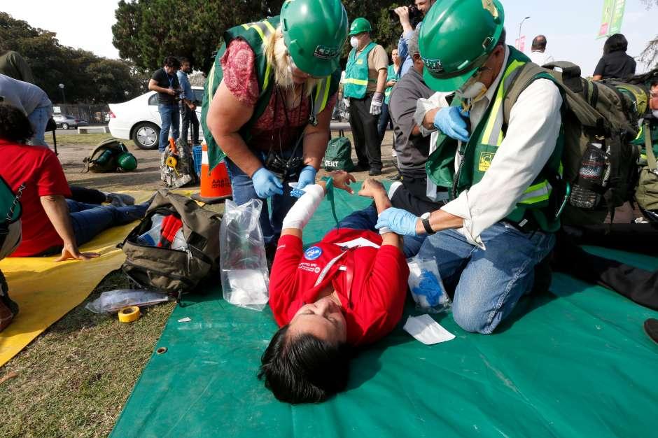 El simulacro de temblor incluyó varios heridos. (Aurelia Ventura/ La Opinion)