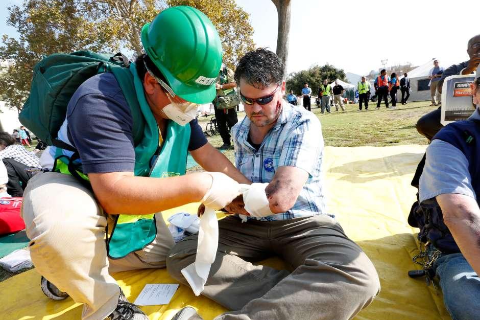 """Personas """"lesionadas"""" son atentidas durante un simulacro de terremoto en el Museo Natural de Los Ángeles. (Aurelia Ventura/ La Opinion)"""
