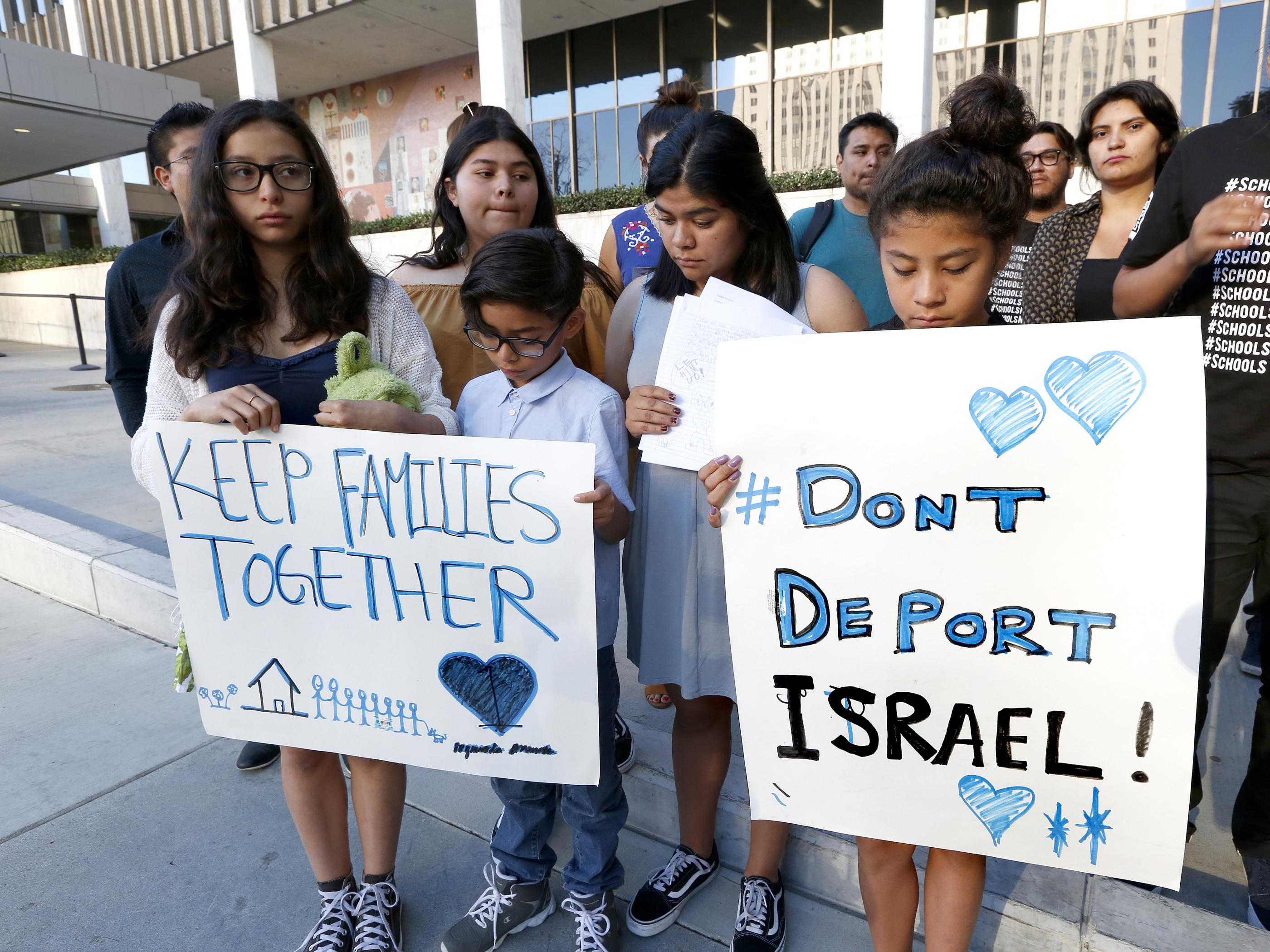 Los hijos de Israel Barrios Mendoza piden su liberación frente al edificio federal de Los Ángeles. El padre fue detenido por Migración cuando salía a trabajar en Santa Ana hace un mes. (Aurelia Ventura/ La Opinion)