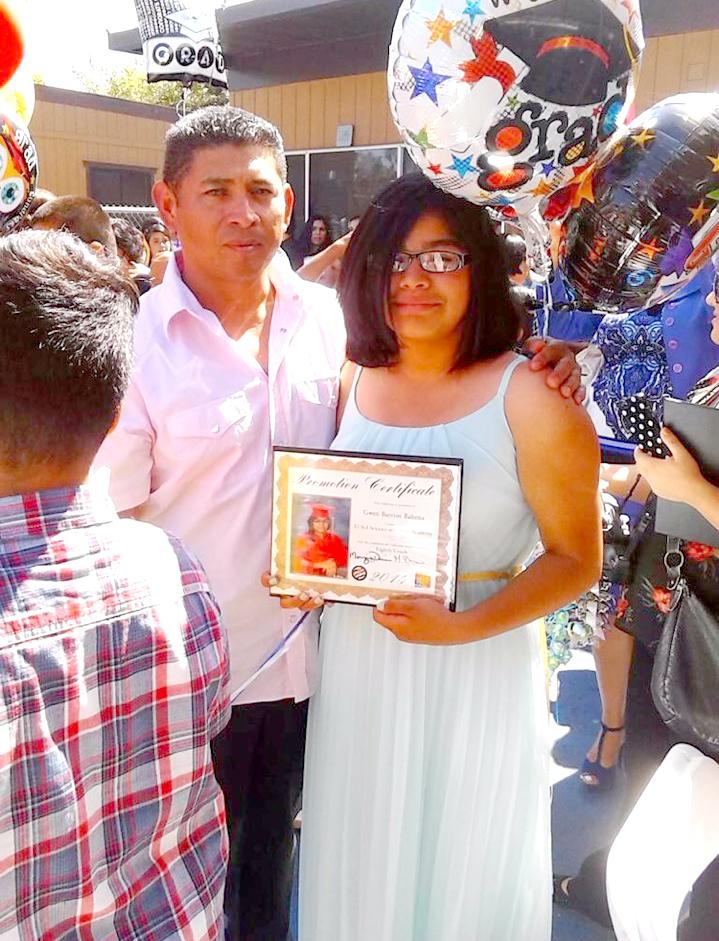 Israel Barrios con una de sus hijas. (Aurelia Ventura/ La Opinion)