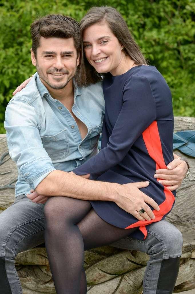 Emma y Adam se enamoraron y viven en Londres.