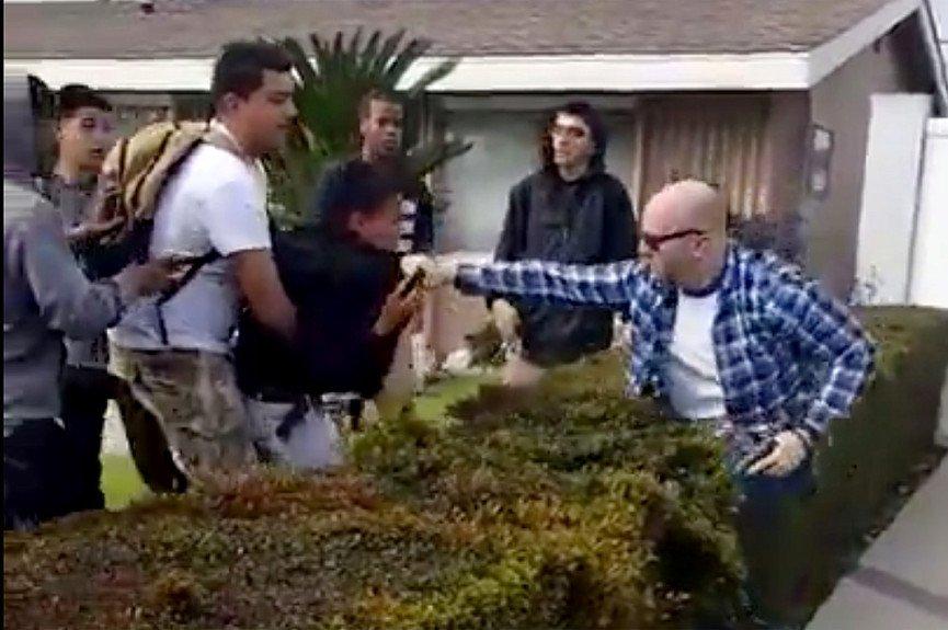 El agente Kevin Ferguson en el momento del altercado cuando saca su arma de fuego. (Imagen de YouTube)