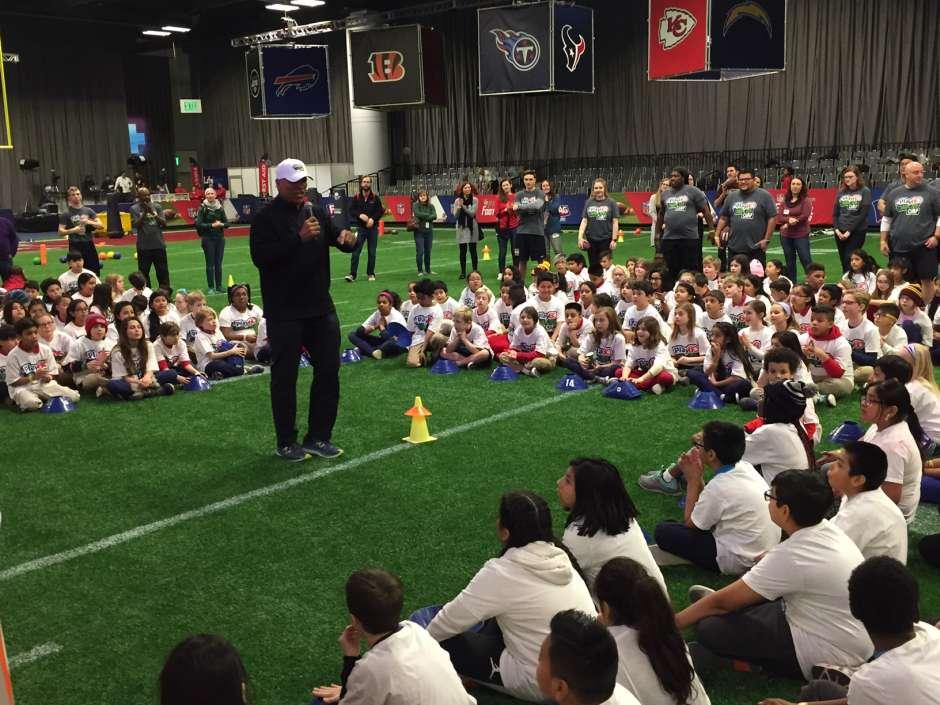 """""""No importa de dónde vengan, tienen que aprender a trabajar juntos"""", les dijo Muñoz a niños y niñas del área de Minneapolis."""