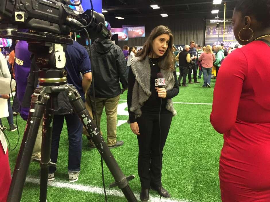 Anna Isaacson, vicepresidenta de Responsabilidad Social de la NFL, expresó su orgullo por ser parte de un tributo al servicio de los militares.