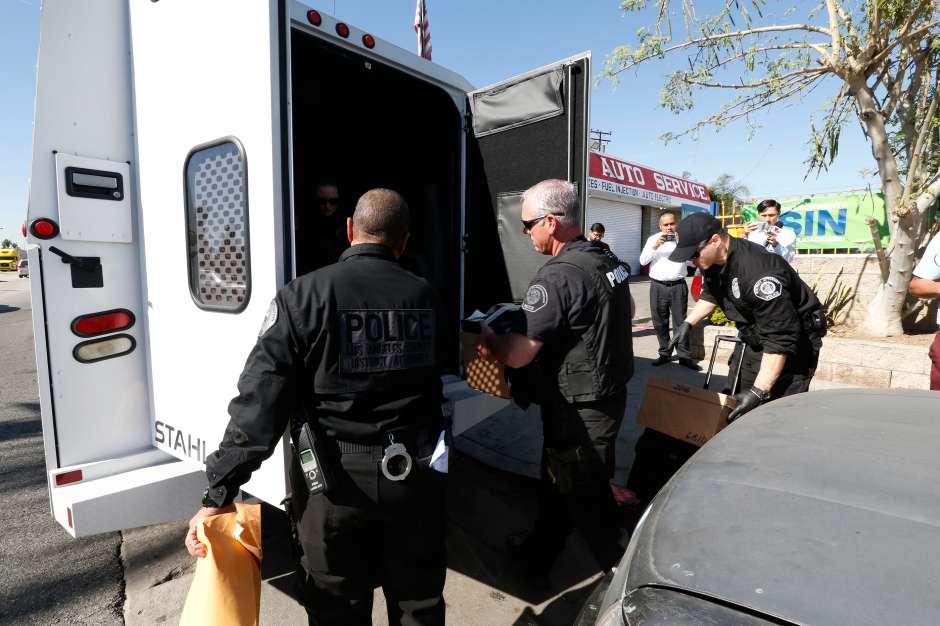 Investigadores subieron todo lo decomisado a un camión. (Aurelia Ventura/La Opinion)