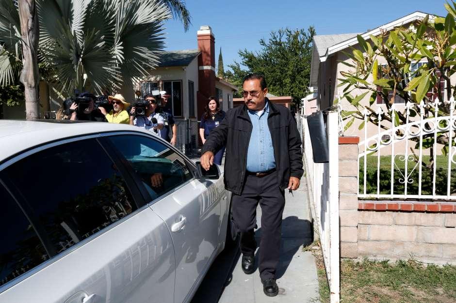 El alcalde de Maywood, Ramón Medina, sale de su casa. (Aurelia Ventura/La Opinion)
