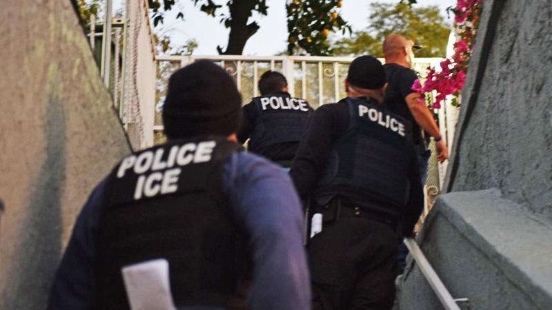 Agentes de ICE durante un operativo en Los Ángeles. (ICE)