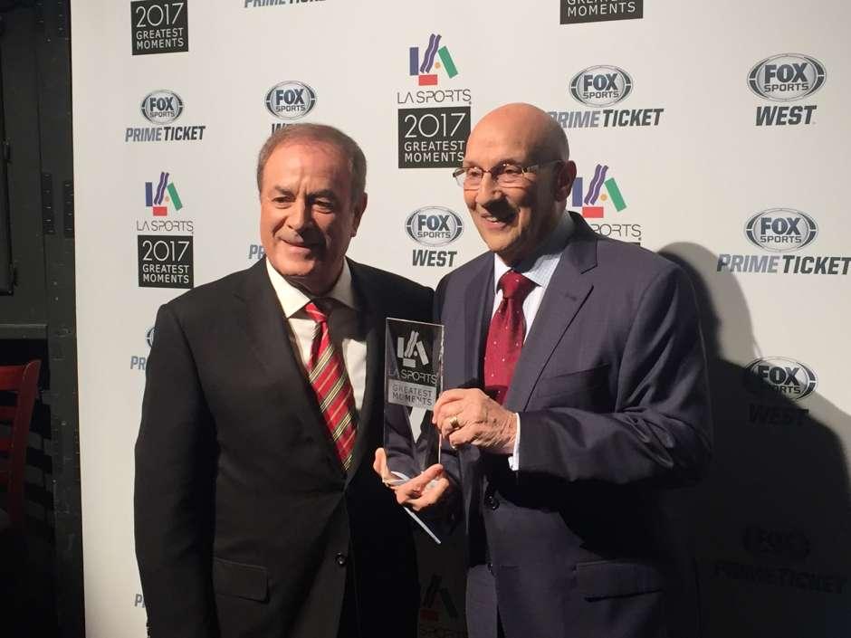 Bob Miller (der.), la voz de Los Angeles Kings durante 44 años, posa con su premio al mérito de por vida junto al también legendario cronista Al Michaels, durante la entrega de premios a lo mejor del deporte de Los Ángeles de 2017.