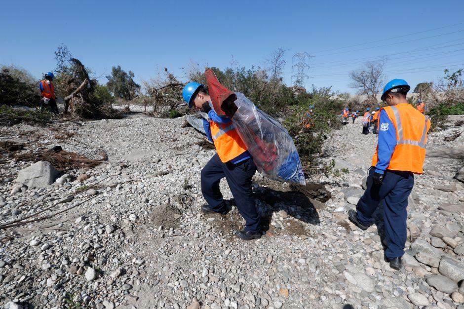 Voluntarios remueven basura del río San Gabriel en el área recreativa Whittier Narrows. (Aurelia Ventura/La Opinion)
